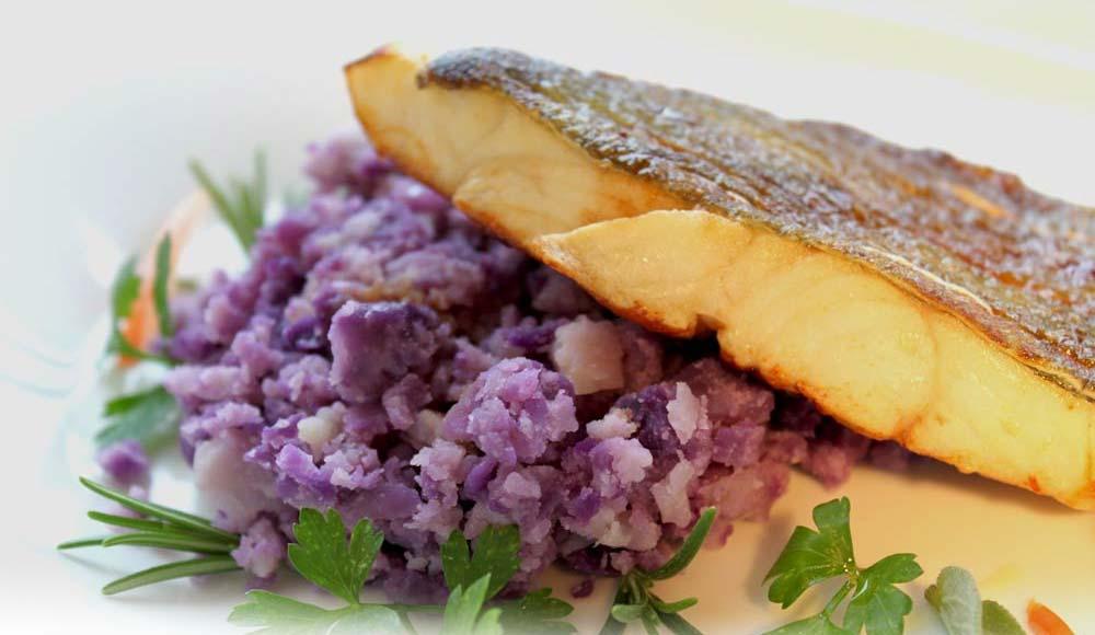 Pesce di lago e patate viola