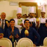 Lo staff del Dimitri Restaurant con Morello Pecchioli