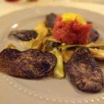 Tartare di manzetta con carpaccio di carciofo spinoso, majo al Miele e chips di violetta