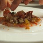 Composizione di gambero rosso, maialino e agrumi